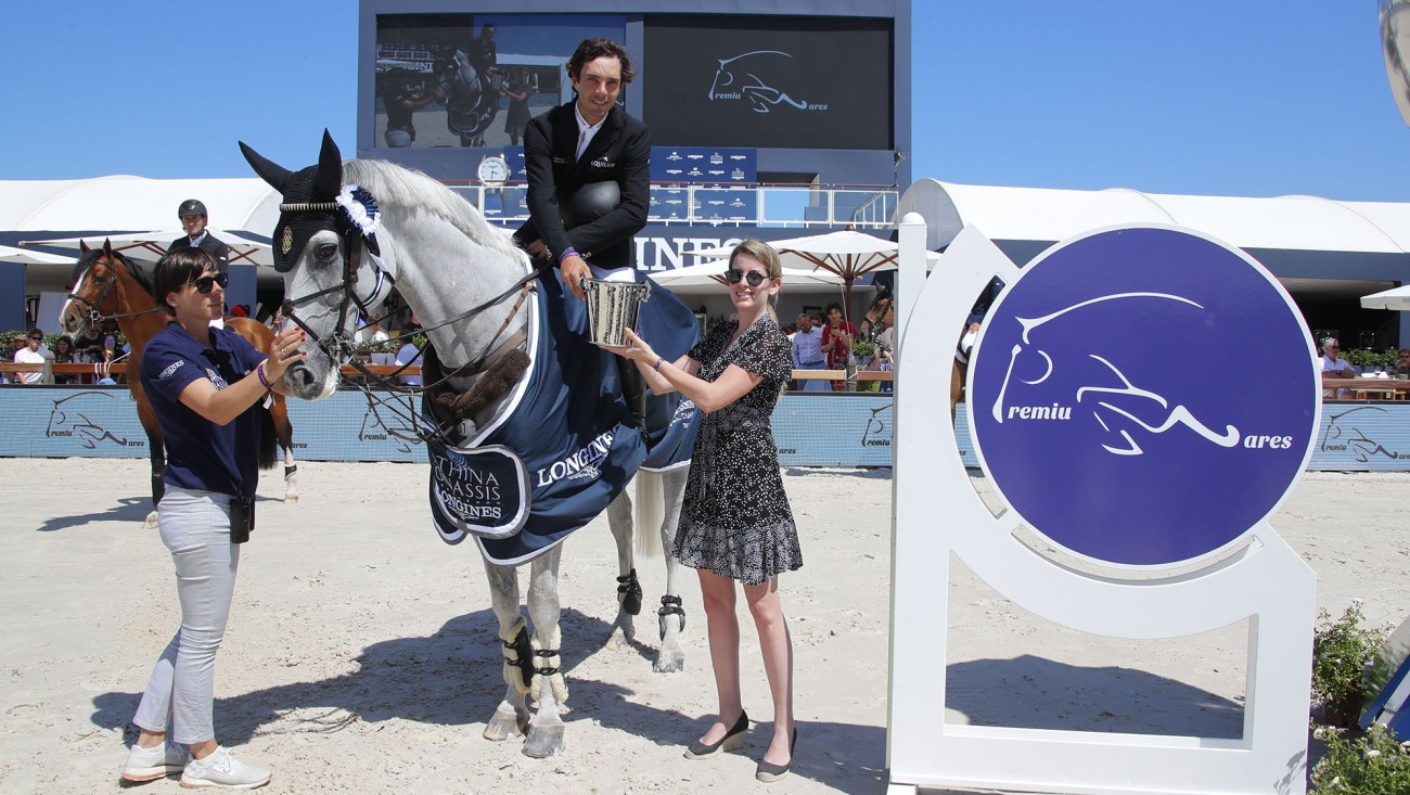 Eduardo Alvarez Aznar, winner of Prize Premiumares, receives the trophy from Milena Pappas